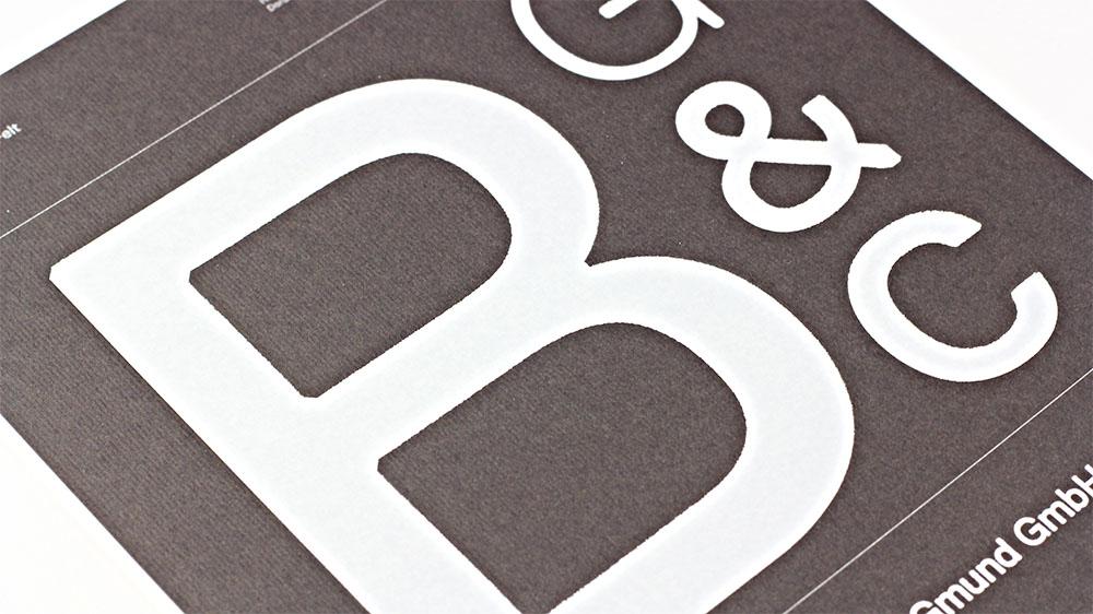 When hot foil stamped, Gmund Colors Felt creates a unique contrast.
